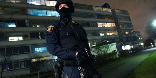 Polis framför polishuset i Rosengård. Arkivbild. Johan Nilsson/TT / TT NYHETSBYRÅN