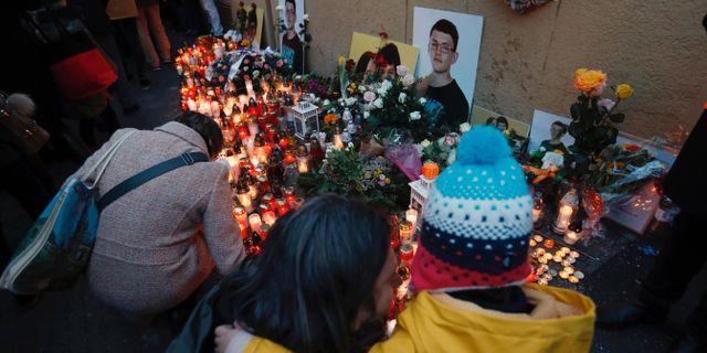 Folk tänder ljus till minne av journalisten och hans flickvän. Arkivbild.  Petr David Josek / TT NYHETSBYRÅN