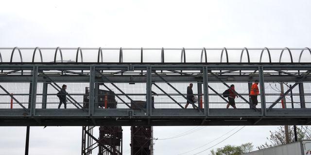 Arkivbild: Arbetare lämnar Fords fabrik i Chicago tidgare i maj. SCOTT OLSON / TT NYHETSBYRÅN
