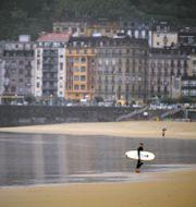 Surfare i San Sebastian/Arkivbild.  Alvaro Barrientos / TT NYHETSBYRÅN