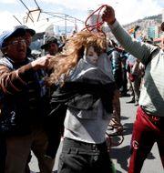 Morales har fortfarande många trogna anhängare i Bolivia. Här protesterar människor som stödjer honom genom att släpa en docka av interimspresidenten.  Natacha Pisarenko / TT NYHETSBYRÅN