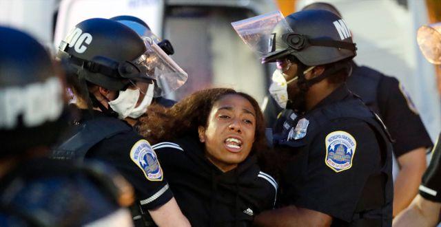 Polisen började skingra demonstranter nära Vita huset på måndagen. Alex Brandon / TT NYHETSBYRÅN
