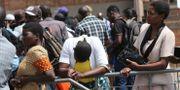 Invånare i Harare, Zimbabwe/arkivbild.  Tsvangirayi Mukwazhi / TT NYHETSBYRÅN