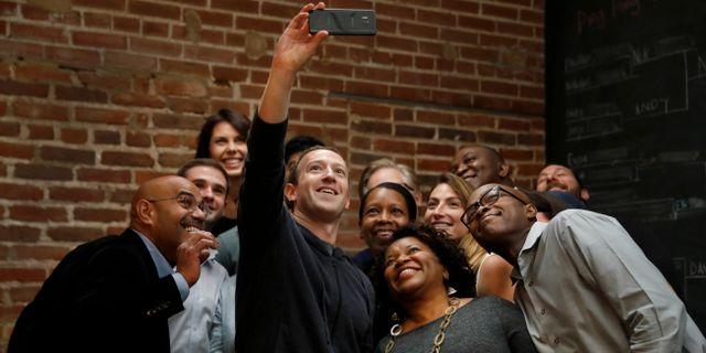 Arkivbild: Mark Zuckerberg tar en selfie tillsammans med en grupp innovatörer Jeff Roberson / TT / NTB Scanpix