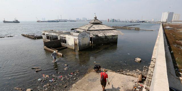 Stigande havsnivåer vid en av Jakartas skyddsmurar. Achmad Ibrahim / TT NYHETSBYRÅN