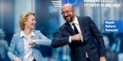 EU-kommissionens ordförande Ursula von der Leyen och Europarådets dito Charles Michel efter att EU-länderna enats om en långtidsbudget. Stephanie Lecocq / TT NYHETSBYRÅN