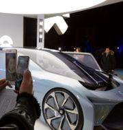En bloggare tar en bild av en Nio-bil.  Ng Han Guan / TT NYHETSBYRÅN
