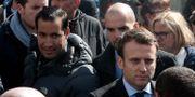 Emmanuel Macron och hans säkerhetsvakt till vänster. Thibault Camus / TT / NTB Scanpix