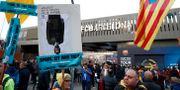 Demonstranter utanför Camp Nou, Barcelona. SERGIO PEREZ / TT NYHETSBYRÅN