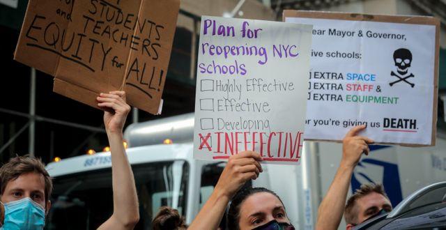 Folk protesterar mot att skolorna ska öppna igen. Bebeto Matthews / TT NYHETSBYRÅN