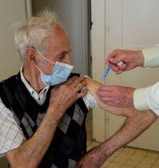 En man i Ungern får vaccin. Istvan Filep / TT NYHETSBYRÅN