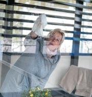 Mötesvärd vid äldreboende som löste tidigare besök med plexiglas. Björn Larsson Rosvall/TT / TT NYHETSBYRÅN