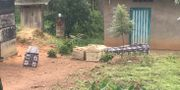 Kistor utanför ett hus i Kongo-Kinshasa. SOCIAL MEDIA / TT NYHETSBYRÅN