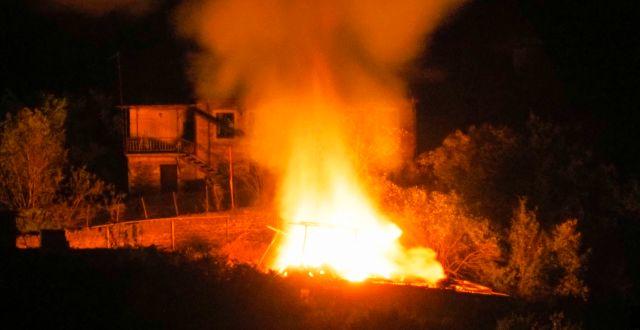 Brinnande hus i Stepanakert efter nya attacker. TT NYHETSBYRÅN