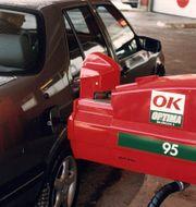 Bil tankas på 90-talet.  Jan Collsiöö / TT NYHETSBYRÅN