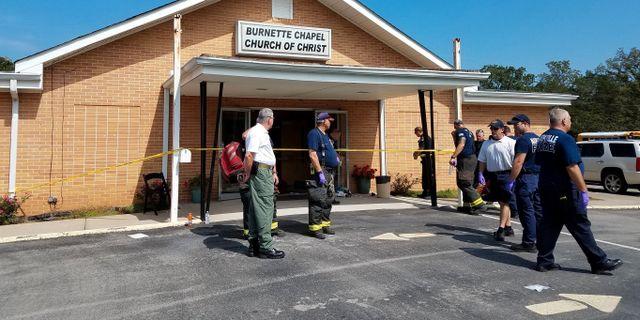 Poliser och räddningspersonal på plats vid kyrkan.  HANDOUT / X80001