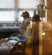 En person vårdas för covid-19 i Shreveport i USA.  Gerald Herbert / TT NYHETSBYRÅN