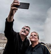 Håkan Juholt med sin fru Åsa vid en geiser på Island. Magnus Hjalmarson Neideman/SvD/TT / TT NYHETSBYRÅN