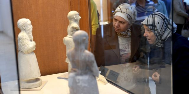 Besökare på Nationalmuseet i syriska Aleppo - / AFP