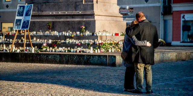 En man och en kvinna sörjer Wilma Andersson på Kungstorget i Uddevalla idag. Adam Ihse/TT / TT NYHETSBYRÅN