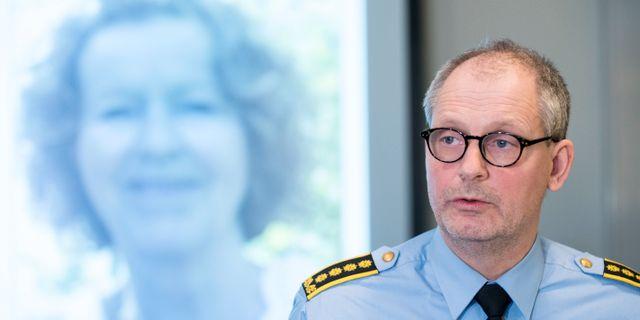 Polisinspektör Tommy Brøske framför bild på den försvunna Anne-Elisabeth Falkevik Hagen Vidar Ruud / TT NYHETSBYRÅN