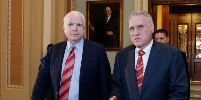 Arkivbild. John McCain och Jon Kyl 2012. MOLLY RILEY / AFP