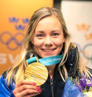 Frida Hansdotter visar upp sin guldmedalj när hon anländer till Arlanda efter vinter -OS i Pyeongchang i Sydkorea. Sören Andersson/TT / TT NYHETSBYRÅN