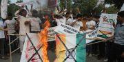 Pakistanier bränner en affisch föreställande Indiens premiärminister Narendra Modi.  K.M. Chaudary / TT NYHETSBYRÅN