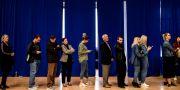 Väljare i kön för att rösta i dagens val. ARMEND NIMANI / AFP