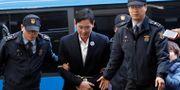 Lee Je-Yong förs till förhör efter en natt i cellen KIM HONG-JI / TT NYHETSBYRÅN