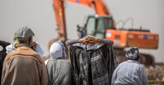 Anhöriga har samlats på platsen där ett Ethiopian Airlines-plan störtade utanför Addis Abeba den 10 mars. 157 personer dog.  Mulugeta Ayene / TT NYHETSBYRÅN/ NTB Scanpix