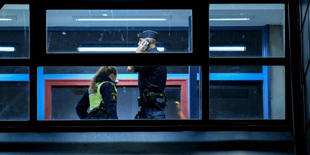 Arkivbild: Polisen på plats i Hässleholm dagen efter att den hemlöse mannen hittats död i augusti i fjol. Johan Nilsson/TT / TT NYHETSBYRÅN