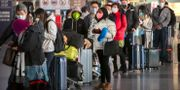 Arkivbild: Resenärer på Beijing Capital International Airport i slutet av januari.  Mark Schiefelbein / TT NYHETSBYRÅN