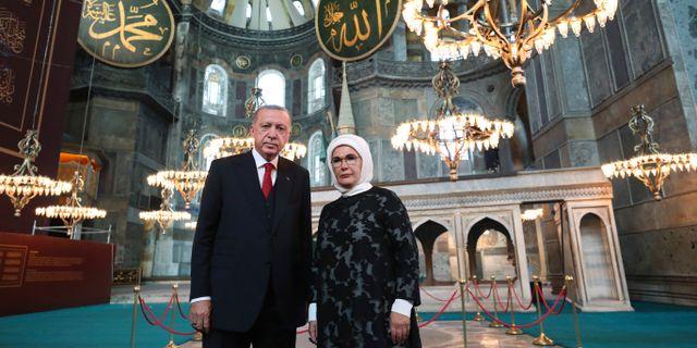 Erdogan tillsammans med sin fru Emine inne i Hagia Sofia under torsdagen. TT NYHETSBYRÅN