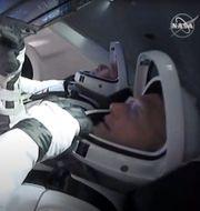 Mörka moln vid Kennedy Space Center/Astronauterna ombord TT/NASA