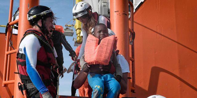 Ett barn förs i säkerhet på fartyget MV Aquarius utanför Libyens kust, 12 maj 2018. LOUISA GOULIAMAKI / AFP