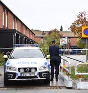 Polisen spärrade av området efter händelsen.  Erik Simander / TT / TT NYHETSBYRÅN