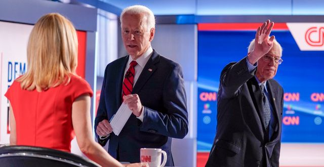 Joe Biden och Bernie Sanders efter en debatt i mars. Evan Vucci / TT NYHETSBYRÅN