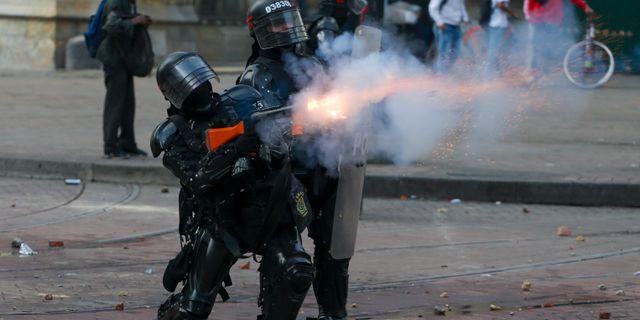 Tårgasskyttar i Colombia. Ivan Valencia / TT NYHETSBYRÅN