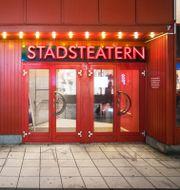 En av Stadsteaterns entréer i centrala Stockholm. Staffan Löwstedt/SvD/TT / TT NYHETSBYRÅN