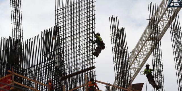 Byggarbetare i Florida uppför lyxbostadshus. Arkivbild. Amy Beth Bennett / TT NYHETSBYRÅN