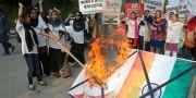 Pakistanska studenter bränner en indisk flagga i protest. K.M. Chaudary / TT NYHETSBYRÅN/ NTB Scanpix