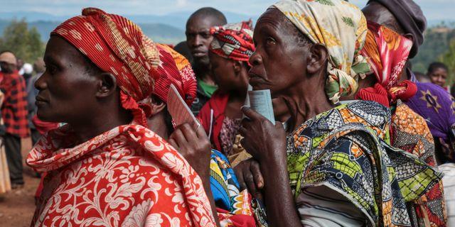 Kvinnor köar till valstationer i Giheta i Burundi. Berthier Mugiraneza / TT NYHETSBYRÅN