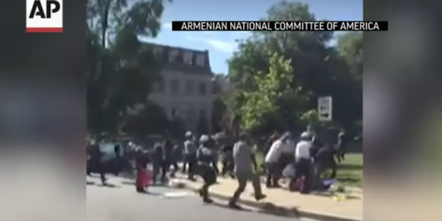 Bråket utanför Turkiets ambassad. AP/Youtube