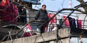 En man på en balkong i Wuhan. REUTERS / TT NYHETSBYRÅN