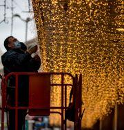 Man installerar juldekorationer i Madrid, Spanien/Arkivbild.   Manu Fernandez / TT NYHETSBYRÅN
