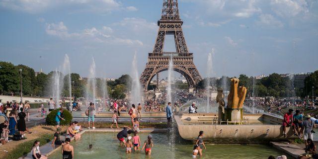 Människor svalkade sig i fontänerna i Paris i juli i år.  Rafael Yaghobzadeh / TT NYHETSBYRÅN