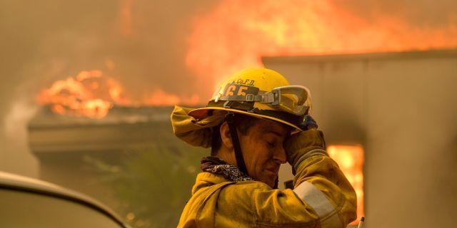 En brandman bekämpar elden i Kalifornien. Ringo H.W. Chiu / TT NYHETSBYRÅN/ NTB Scanpix