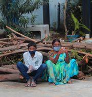 En man och en kvinna väntar på att testa sig i Hyderabad i Indien. Mahesh Kumar A / TT NYHETSBYRÅN
