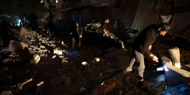 Bild på det skadade huset efter attacken från Israel. Khalil Hamra / TT NYHETSBYRÅN